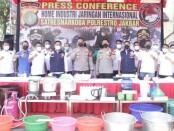 Polisi menyita barang bukti alat pembuatan narkoba jenis sabu-sabu di salah satu rumah mewah di kawasan Karawaci, Tangerang - foto: Istimewa