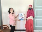 Pemberian reward dari sekolah yang diserahkan Kepala SMKN 4 Purworejo, Purwanti, S.Pd, M.Par, kepada Devi Cicilya Fitriyani - foto: Sujono/Koranjuri.com