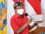 Gubernur Bali Wayan Koster menunjukkan papan ketik Aksara Bali dalam peluncuran resmi secara hybrid di Gedung Gajah, Jaya Sabha, Denpasar - foto: Istimewa