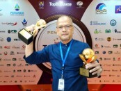 Wahyu Argono Irawanto, SE, MM, Dirut Perumda BPR Bank Purworejo dengan piala Top BUMD Awards 2021 - foto: Sujono/Koranjuri.com