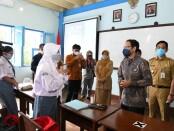 Mendikbudristek Nadiem Makarim dan Walikota Surakarta Gibran Rakabuming Raka meninjau PTM Terbatas dan persiapan Asesmen Nasional di sejumlah sekolah yang ada di Kota Solo, Senin, 13 September 2021 - foto: Istimewa