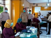 Dr Sukmo Widi Harwanto, SH, MM, Kepala Dinas Pendidikan Kepemudaan dan Olahraga Kabupaten Purworejo, saat meninjau pelaksanaan vaksinasi di SMPN 4 Purworejo pada Selasa (14/09/2021) lalu - foto: Sujono/Koranjuri.com