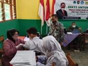 Kepala SMK TKM Purworejo Ki Gandung Ngadina, SPd, MPd, saat meninjau pelaksanaan vaksinasi di sekolahnya, Selasa (21/09/2021) - foto: Sujono/Koranjuri.com