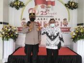 Kapolsek Denpasar Timur Kompol Tri Joko Widianto dan Kepala SMK PGRI 3 Denpasar I Nengah Madiadnyana dalam vaksinasi massal pelajar dan masyarakat umum yang digelar di aula SMK PGRI 3 Denpasar, Kamis, 23 September 2021 - foto: Koranjuri.com