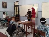 Kepala Puskesmas Cangkrep, dr Nawang Sukestiningsih, saat melakukan Visitasi Simulasi PTM di SLBN Purworejo, Kamis (23/09/2021) - foto: Sujono/Koranjuri.com