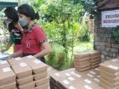 Kegiatan di dapur umum kota Denpasar dalam kegiatan kerja bareng '2021 Korean Style Nasi Bungkus Donation' antara Yayasan Bina Ilmu dan warung Jaba Paon dalam program Dapur Umum, Kamis (23/9/2021) - foto: Koranjuri.com