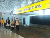 Proses deportasi WNA asal Nigeria dan Pantai Gading yang dikawal petugas Rudenim Denpasar - foto: Istimewa