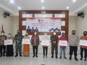 Keterangan gambar : Dandim 0735 / Surakarta bersama Muspika Kota Surakarta foto bersama usai acara pemberian bantuan tunai kepada para PKL dan warung/ foto : Pendim/koranjuri
