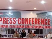 Kabid Humas Polda Metro Jaya Kombes Pol Yusri Yunus dan Kapolres Metro Jakarta Pusat Kombes Pol Hengki Haryadi memberikan keterangan pers terkait penangkapan pelaku konten hoaks channel YouTube 'Aktual TV', Jumat, 15 Oktober 2021 - foto: Istimewa