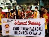 Ketua KONI Bali dan jajarannya disambut ucapan selamat datang di Bandara Ngurah Rai, Sabtu (16/10/2021) malam - foto: Yan Daulaka/Koranjuri.com