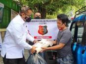 Indonesian Civilian Police Watch (ICPW), membagikan ratusan paket sembako untuk masyarakat kurang mampu atau terdampak pandemi Covid-19 - foto: Istimewa