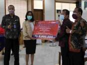 Kantor Wilayah Hukum dan HAM (Kanwilkumham) Provinsi Bali menyerahkan santunan pendidikan kepada keluarga ASN yang meninggal karena covid-19, Kamis, 21 Oktober 2021- foto: Koranjuri.com