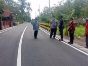 Kepala Dinas PUPR Kabupaten Purworejo, Suranto, saat meninjau salah satu pekerjaan peningkatan jalan - foto: Sujono/Koranjuri.com