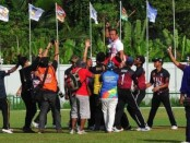Euforia kemenangan tim cricket putra usai mengkandaskan tuan rumah Papua di final, Senin (4/10/2021) - foto: Yan Daulaka/Koranjuri.com