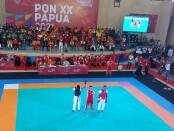 Gede Dicky Handika Putra (kiri) tampil di kelas 58,1-61 kg merebut emas kedua untuk tim Tarung Derajat Bali pada partai final Pekan Olahraga Nasional (PON) XX 2021 Papua - foto:  Yan Daulaka/Koranjuri.com