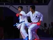 Kadek Krisna (kiri) raih emas pertama karate di PON Papua - foto: Yan Daulaka/Koranjuri.com