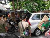 Petugas Satpol PP Provinsi Bali menertibkan pedagang bermobil di kawasan civic center, Renon, Denpasar - foto: Istimewa