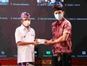 Gubernur Bali Wayan Koster menyerahkan beasiswa untuk 1.501 siswa berprestasi di Bali, Rabu, 13 Oktober 2021 - foto: Istimewa