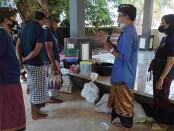 Eks pekerja pariwisata di Desa Kemenuh, Kecamatan Sukawati, Gianyar, Bali berlatih membuat Virgin Coconut Oil (VCO) - foto: Koranjuri.com