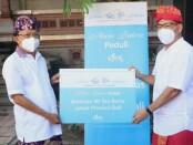 Gubernur Bali Wayan Koster (kiri) menerima secara simbolis 50 ton beras dari PT Alam Sutera Realty Tbk melalui anak perusahaannya PT. Garuda Adhimatra Indonesia untuk pemulihan ekonomi pasca covid-19 - foto: Istimewa